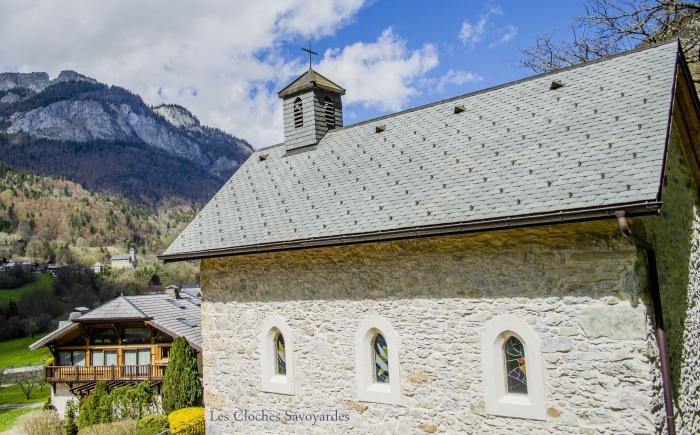 La chapelle de Gys (commune du Biot). Au loin, l'église de la Baume.