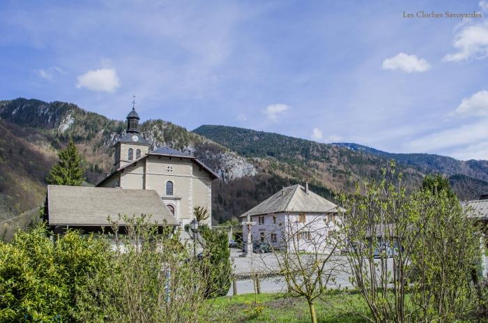 L'église et la place du village.