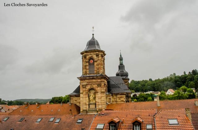 L'abbatiale et les toits du bourg.